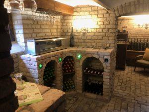Weinregal im Weinkeller